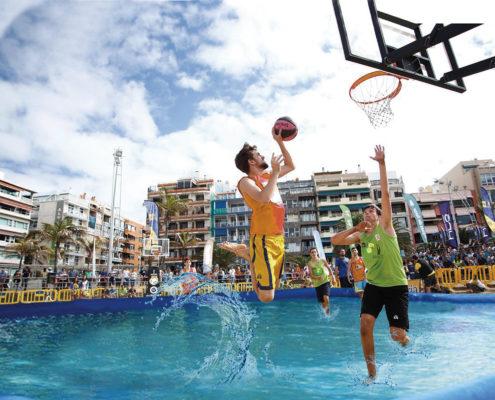 Jugador de waterbasket saltando a la canasta en una de nuestras piscinas deportivas profesionales de water sport pools®