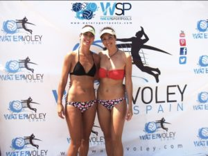 Dos jugadoras posan en el photocall de Water sport pools en el torneo de Algeciras