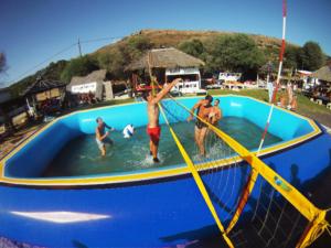 partido de watervolley y Remate del equipo gaditamo (hermanos Vaquez) y bloqueo del equipo marbelli formado por cuellar y aguilar en tarfia