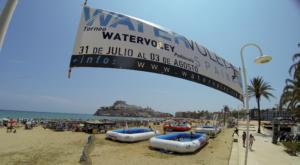 Torneo Watervolley Spain® de Peñiscola con 4 piscinas deportivas profesionales WSP® en la playa cerca del paseo maritimo.