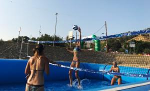 Jugadoras profesionales de volley playa prueban la modalidad de watervolley spain® en una de nuestras piscinas deportivas profesionales Water sport pools®