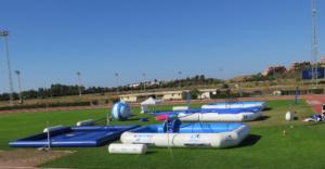 5 piscinas deportivas profesionales WSP® en un campo de atletismo un balon gigante de watervolley y una carpa