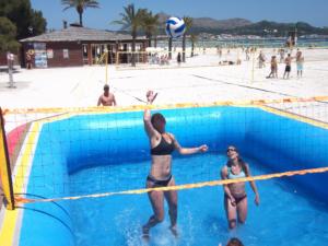 una jugadora del equipo alemán de Watervolley remata en la exhibición de WSP® en Alcudia, mallorca
