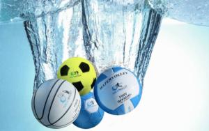 4 pelotas sumergidas en agua de Watervolley, Waterhandball, Watersoccer y Waterbasket