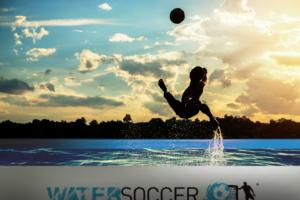 Jugador haciendo una chilena en una de nuestras piscinas deportivas profesionales water sport pools® con un fondo de nubes a contra luz.