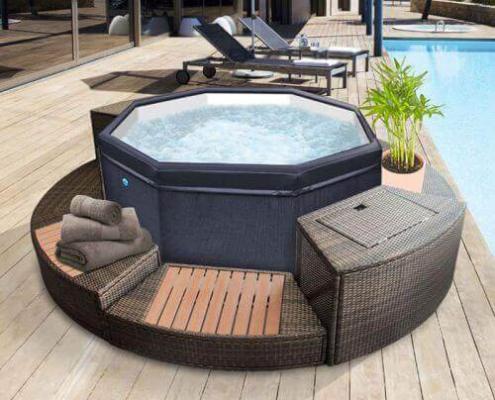 Spa jacuzzy Octogonal portatil modulable con muebles alrededor con una maceta al lado de una piscina