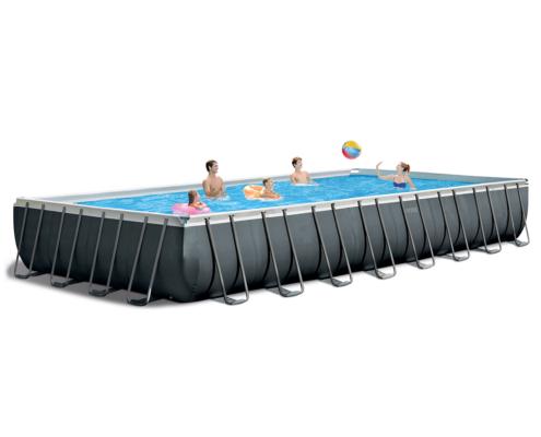 Piscina desmontable para ocio con un grupo de personas jugando en su interior dos de ellas con flotador y tres con un balon de playa