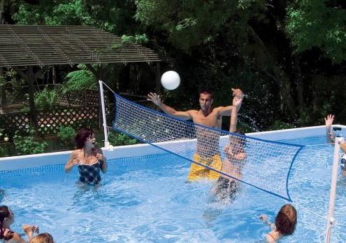 kit watervolley spain® para piscina de ocio modelo UFR_975 jugando al watervolley dos grupos de personas con una red en medio