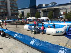 3 piscinas de Watervolley montadas en plaza de ayuntamiento de Fuenlabrada con jugadores y árbitros