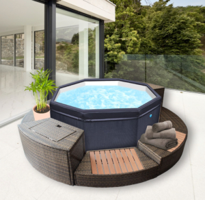 Spa jacuzzy Octogonal portatil modulable con muebles alrededor con una maceta al lado de una piscina en terraza apartamento