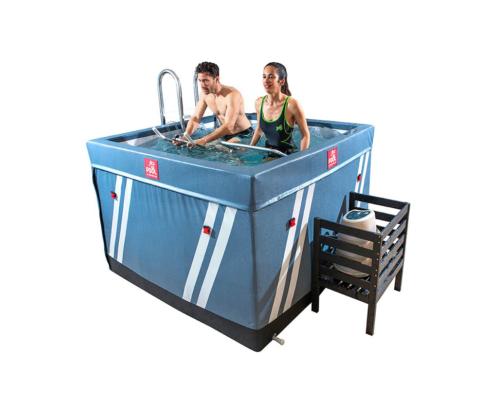 Piscina waterfitness con bomba de calor y con dos personas una chica en una cinta de carrera y un chico en una bicicleta dentro del agua