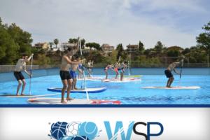 10 chicos practicando Paddle surf en una piscina portátil WSP®