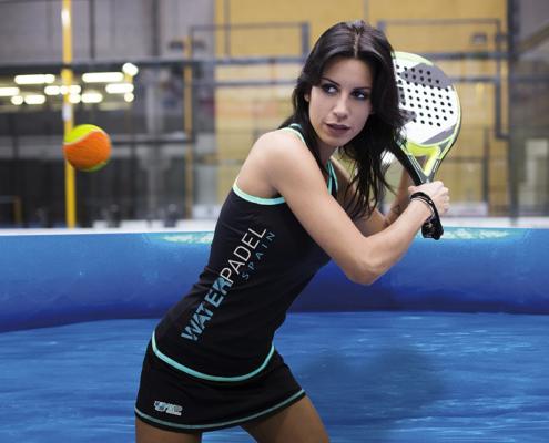 Chica jugando al waterpadel con una raqueta dentro de una piscina WSP®